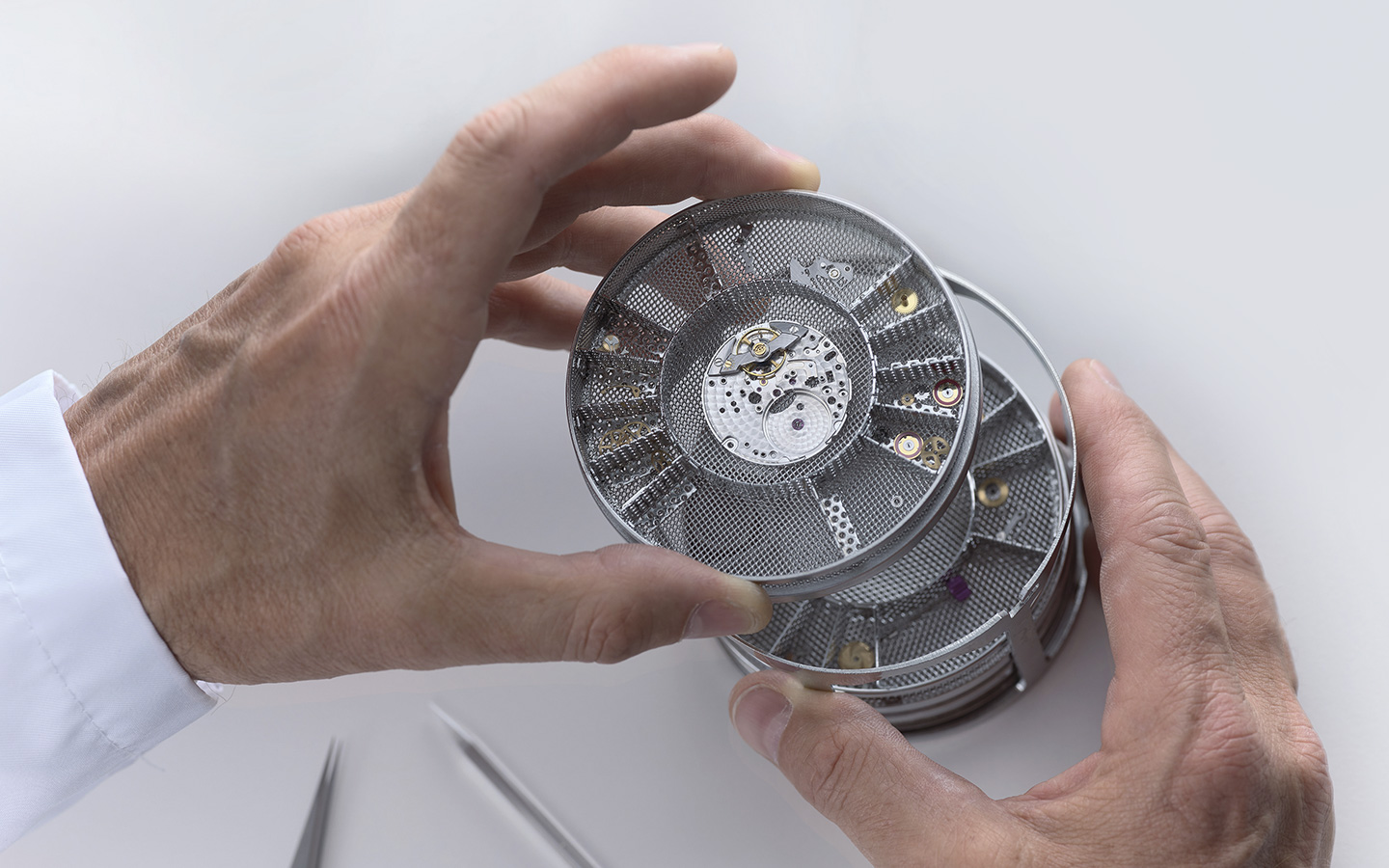 rolex-servicing-procedure-cleaning-the-movement